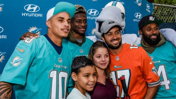 Kenny Stills (10), DeVante Parker (11) a ... al Distribution presented by Hyundai