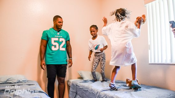 Miami Dolphins LB Raekwon McMillan Participates in Ashley HomeStore Bed Delivery